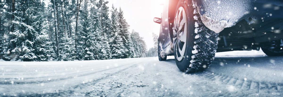 Bil på sneklædt vej